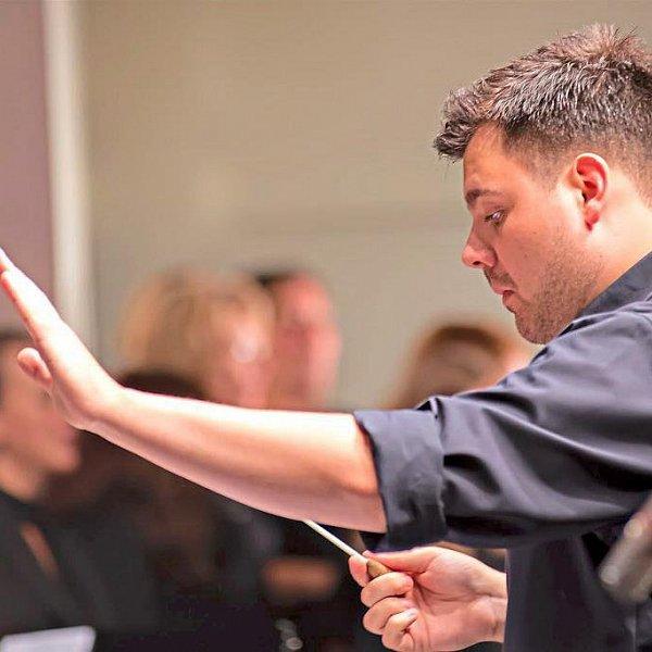 Yannik Helm beim Dirigieren